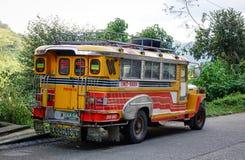 En jeepney på gatan i Banaue, Filippinerna Arkivbild
