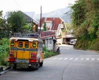 En jeepney på gatan i Banaue, Filippinerna Royaltyfria Bilder