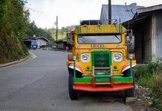 En jeepney på gatan i Tagatay, Filippinerna Arkivbilder