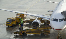 En jet laddas av luggages och bränsle Fotografering för Bildbyråer