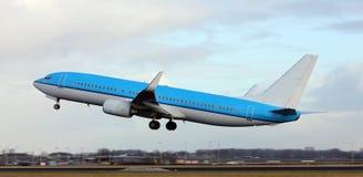 En jet som tar av Royaltyfria Foton