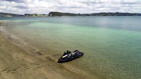 En jetski på en strand arkivfoto