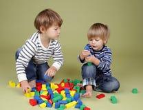 En jonge geitjes, Kinderen die samen delen spelen royalty-vrije stock afbeelding