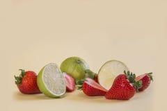 En jordgubbe delar in i två Arkivbilder