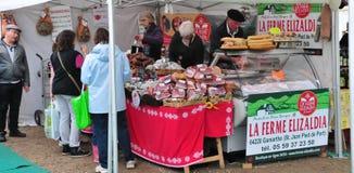 En Josas, France de Jouy - 5 juin 2016 : marché gastronomique Images stock