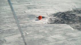 En jouant le golf, la boule orange tombe dans le trou de neige clips vidéos