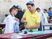 En judisk pojke och hans fader Arkivbild