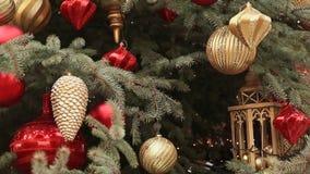 En julgran med charmiga leksaker och prydnader moscow nytt temaår stock video