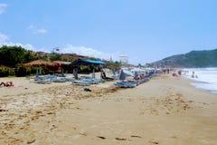 En julio de 2017 - la gente descansa sobre deckchairs en la sombra de los parasoles de playa en Cleopatra Beach Alanya, Turquía Imagenes de archivo