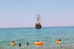 En julio de 2017 - los veraneantes con los colchones inflables nadan en el mar en Cleopatra Beach Alanya, Turquía Imágenes de archivo libres de regalías