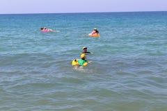 En julio de 2017 - los veraneantes con los colchones inflables nadan en el mar en Cleopatra Beach Alanya, Turquía Imagen de archivo