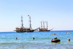 En julio de 2017 - los veraneantes con los colchones inflables nadan en el mar en Cleopatra Beach Alanya, Turquía Imagenes de archivo