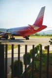 En julio de 2017, Tivat, Montenegro El avión de pasajeros rojo del pasajero de Rusia en la pista en el aeropuerto de Tivat Imagen de archivo