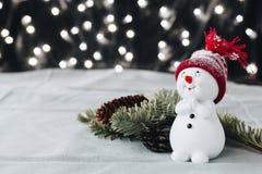 En julstillebenpictre med glänsande julljus på en bakgrund Royaltyfri Bild