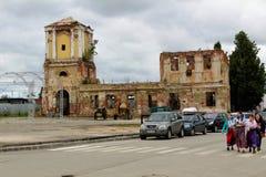 En junio de 2017, Odoev Rusia: ` Popular de los cuentos del ` s de Filimon del abuelo del ` del festival - iglesia destruida viej foto de archivo libre de regalías