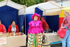 En junio de 2017, Odoev Rusia: ` Popular de los cuentos del ` s de Filimon del abuelo del ` del festival - mujer en traje naciona Fotografía de archivo libre de regalías