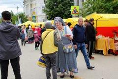 En junio de 2017, Odoev Rusia: ` Popular de los cuentos del ` s de Filimon del abuelo del ` del festival - mujer en traje naciona Foto de archivo libre de regalías