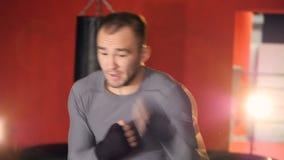 En kämpe visar hans jabs och uppercutstansmaskiner lager videofilmer