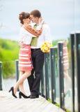 En kärlekshistoria En man och ett härligt par för kvinna nära vattnet Royaltyfri Fotografi