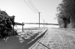 En körbana i vinter i svartvitt royaltyfria foton