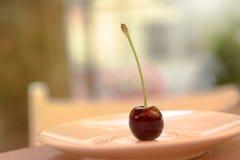 En körsbär på plattan Fotografering för Bildbyråer