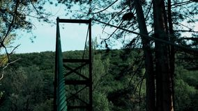 En kabel som rymmer en fot- bro stock video
