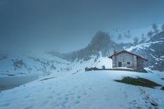 En kabin in i dimman Arkivfoto
