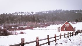 En kabin i träna på vintern Tid royaltyfri foto