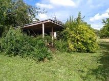 En kabin på i gräsplanerna Arkivfoto
