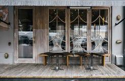 En kaféfasaddesign med stilfulla beståndsdelar och möblemang royaltyfri foto