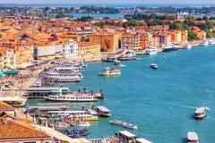 En kaj i den Venetial lagun nära doges slott i Venedig arkivfoto