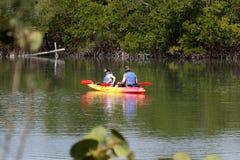 En kajak på breda flodmynningen på den nyckel- delstatsparken för vänner Arkivbilder