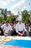 En kaka i formen av flaggan av Ryssland Royaltyfri Fotografi