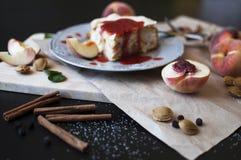 En kaka med persikor Arkivbild