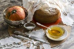 En kaka som göras av majsmjöl. Retro stil. Royaltyfria Foton
