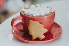 En kakaodrink i en lera rånar på en sjaskig träbakgrund En porslinkopp av svart kaffe med vita marshmallower Royaltyfria Foton