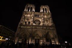 En kall natt på Notre-Dame de Paris Royaltyfri Bild