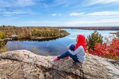En kanadensisk muslim som tycker om sikt från överkanten av kullen royaltyfri fotografi