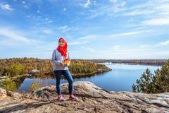 En kanadensisk muslim som tycker om sikt från överkanten av kullen arkivfoton