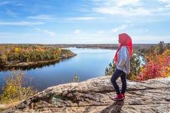 En kanadensisk muslim som tycker om sikt från överkanten av kullen Arkivbilder