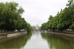 En kanal i en stad Royaltyfri Bild
