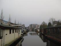 En kanal i Groningen, Nederländerna royaltyfri fotografi