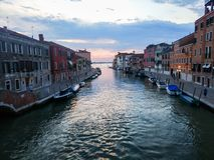 En kanal i Venedig med Adriatiskt havet i bakgrunden royaltyfria foton