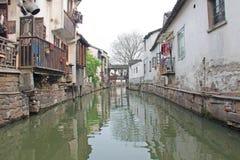 En kanal med en flod i staden av Suzhou, Kina royaltyfri foto