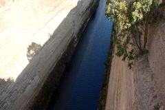 En kanal mellan det Aegean och Ionian havet i sydliga Grekland 06 19 2014 Sikt av kanalen från heien för fot- bro Arkivbild
