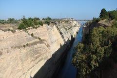 En kanal mellan det Aegean och Ionian havet i sydliga Grekland 06 19 2014 Sikt av kanalen från heien för fot- bro Arkivfoton