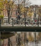 En kanal och cyklarna, Amsterdam arkivfoton
