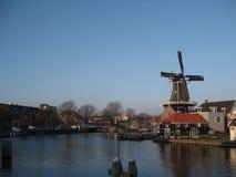 En kanal- och väderkvarnsikt i Haarlem arkivbild