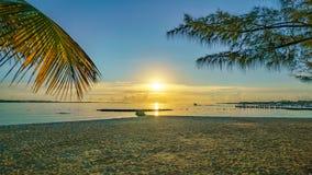 En karibisk soluppgång från en strand Arkivbild