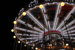 En karusell installeras i ett fyrkantigt (Frankrike) arkivfoton